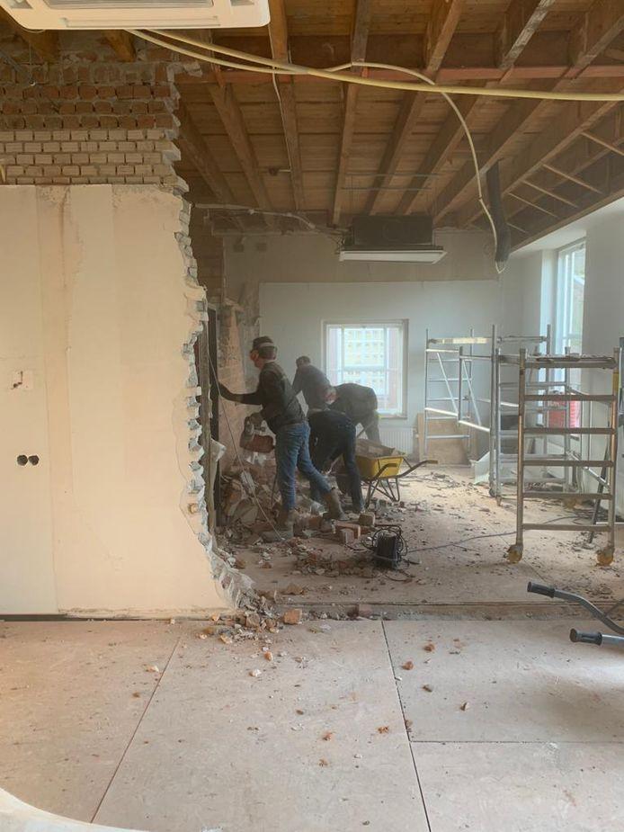 De verbouwing van het voorste gedeelte van het gemeentehuis in Wijk en Aalburg is in volle gang.
