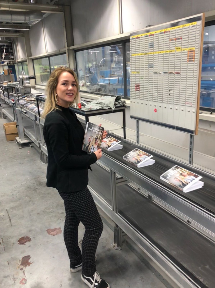 Chantal uit Werkendam met het eerste exemplaar van haar boek 'Dader (On)bekend'