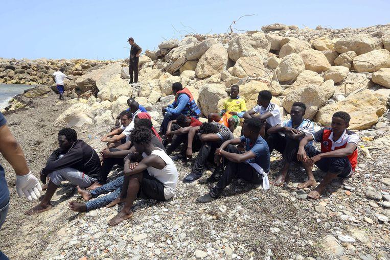 Overlevenden van de scheepsramp voor de kust van Libië. Zeker honderden mensen kwamen om nadat een boot zonk. Beeld AFP