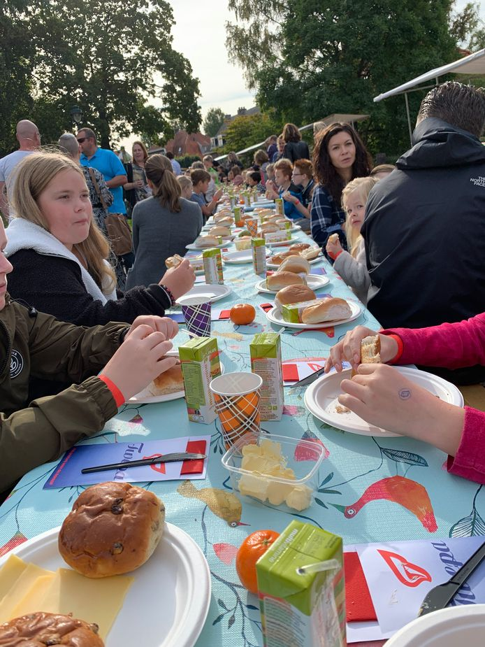De kinderen laten zich het ontbijt  tijdens Kinderdag aan de Vijverlaan in Hengelo goed smaken.