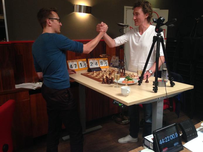 Niels Ondersteijn (L) en Bob Jansen (R) vestigen wereldrecord schaken