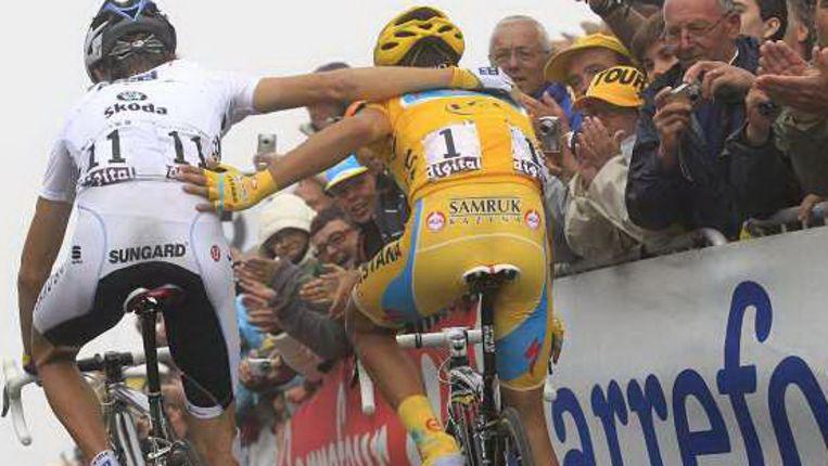 Contador en Schleck nadat ze de finish op de Tourmalet zijn gepasseerd. (AP) Beeld