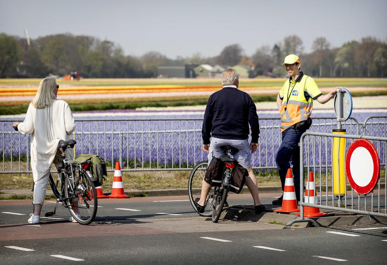 Een aantal lokale wegen in de Bollenstreek is vandaag afgezet om te voorkomen dat het te druk wordt met mensen die naar de bloembollenvelden komen kijken. Daar is over het algemeen begrip voor.