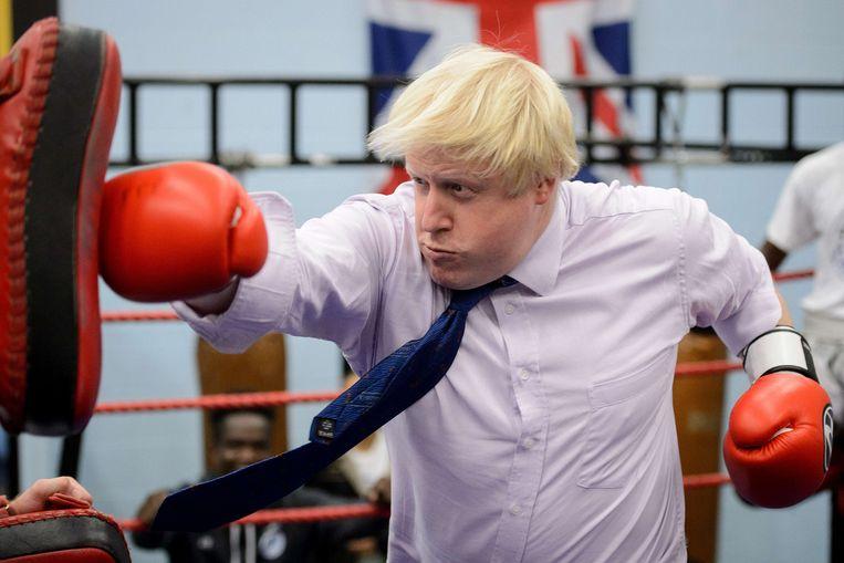 Burgemeester Boris Johnson boksend in de Fight for Peace Acadamy (2014). Beeld AFP