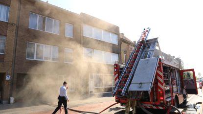 VIDEO. Zes mensen afgevoerd met rookvergiftiging na zware brand in appartementsgebouw