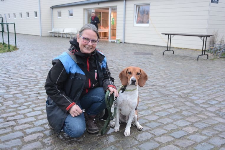 Roxanne met haar geadopteerde beagle Sherlock, die ze uit een Spaans asiel haalde.