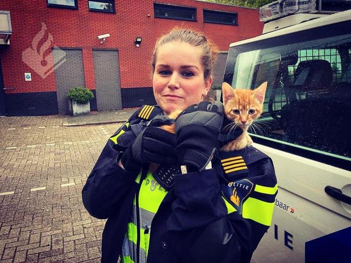 Het katje is door de politie bevrijd.