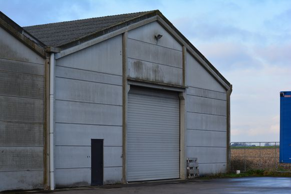 Leisele - In deze hangar achter de feestzaal werd de cannabisplantage ontdekt