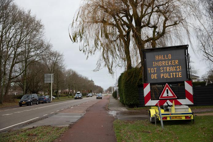 Gemeenten zetten in de strijd tegen woninginbraak geregeld tekstborden in.