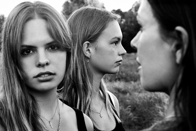 Klaartje Quirijns (rechts) met haar dochters Beeld Anton Corbijn