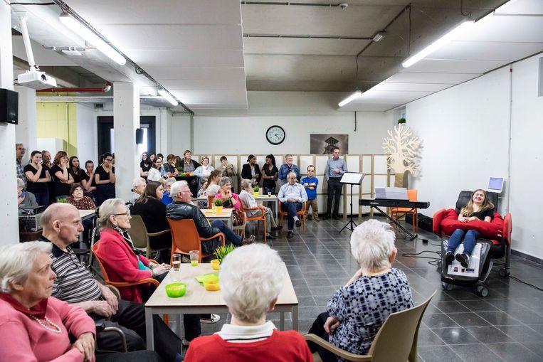 Een schommelzetel brengt bejaarden met dementie tot rust. Leerlingen van het Sint- Jozefinstituut hebben hiervoor 4500 euro ingezameld met allerhande acties.