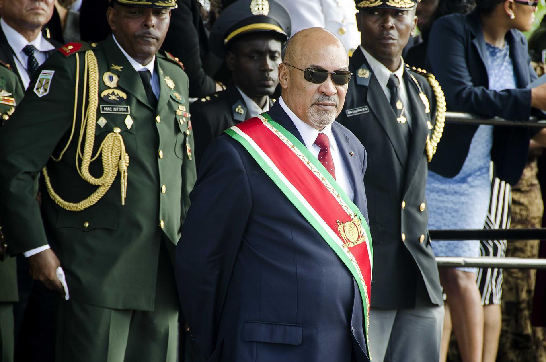President Desi Bouterse (met zonnebril) neemt een militair defilé af na zijn inauguratie in augustus. Bouterse werd herkozen door het parlement nadat zijn Nationale Democratische Partij (NDP) de verkiezingen had gewonnen.