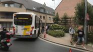 Bus rijdt zich vast op paal in Oedelem