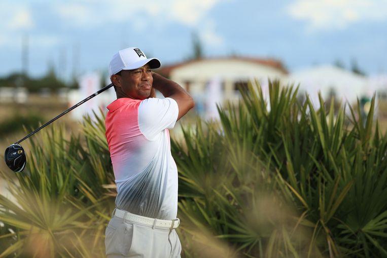 Tiger Woods sloeg gisteren al een balletje in Nassau op de Bahama's. Beeld AFP