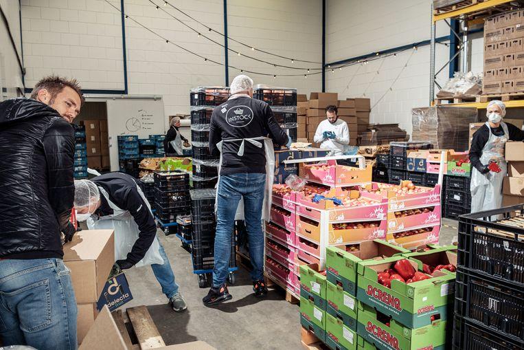 Samuel Levie (achteraan, in het wit), een van de initiatiefnemers van Support Your Locals: 'Het liefst zou ik iedere leverancier helpen, maar dan kan gewoonweg niet.' Beeld Jakob Van Vliet