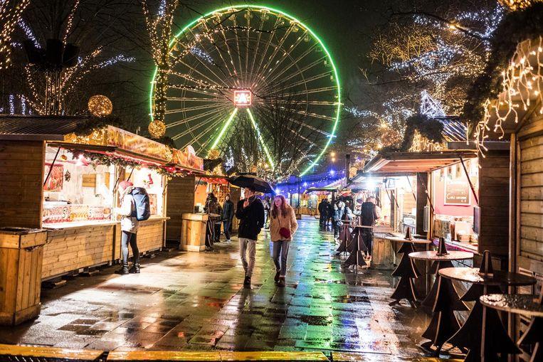 Veel volk was er gisteravond niet op een uitgeregende kerstmarkt.