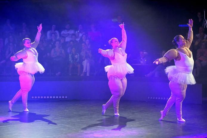 Dansvoorstelling van cursisten van dansschool Tien Koevoet.