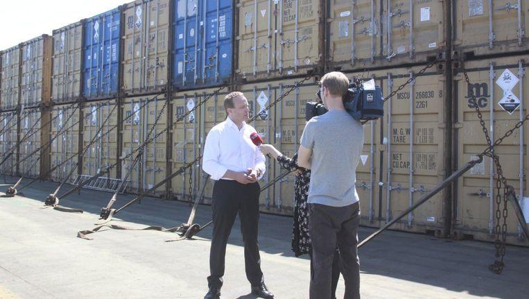 De Deense minister van Buitenlandse Zaken staat de pers te woord over de Syrische containers met chemische stoffen op een Deens vrachtschip. Beeld reuters