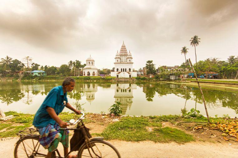 Bangladesh is zo plat als een dubbeltje en zelfs in het droge seizoen is overal water Beeld Sander Groen