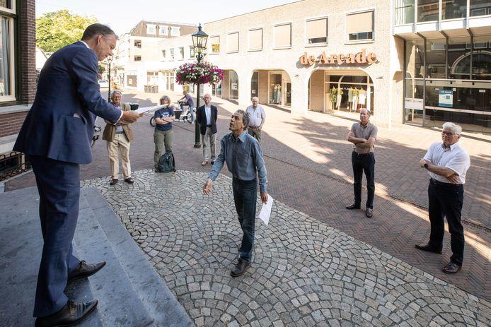 Paul Hutten biedt burgemeester Mark Röell een petitie aan.
