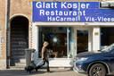 Schade aan het Israëlische restaurant HaCarmel aan de Amstelveenseweg. Nadat het voor een derde keer in korte tijd belaagd werd