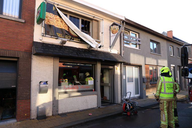 Door de hitte sprong een raam kapot op de bovenverdieping.