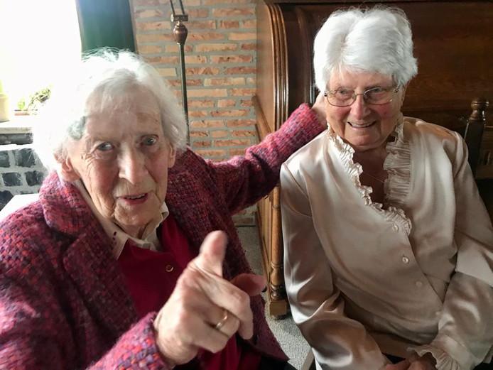 Ook goede vriendin Anneke Verdonk-de Milliano (91) kwam een glaasje champagne drinken ter ere van de honderdste verjaardag van haar nicht Angèle Sturm-de Milliano (rechts).