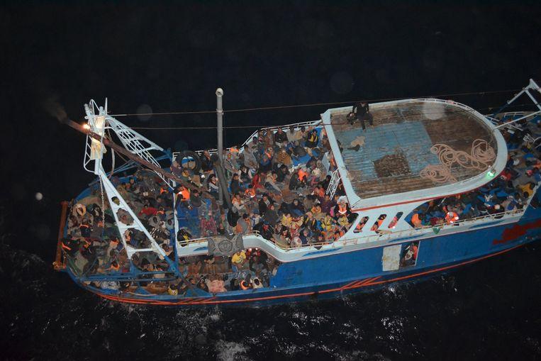 Migranten op een boot op de Middellandse Zee. Beeld reuters