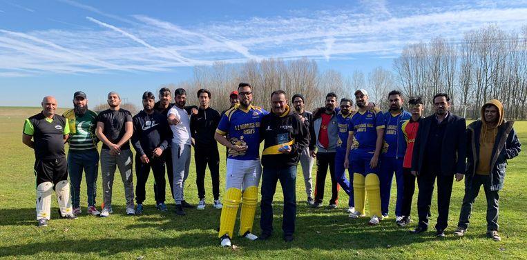Bunti Hameed en Soheel Hussain poseren fier met enkele van hun ploegmakkers