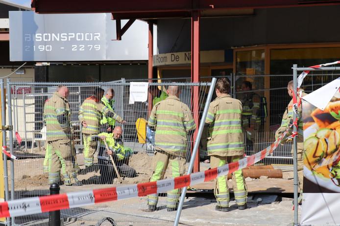 De hele wijk rond winkelcentrum Bisonspoor in Maarssen is afgesloten voor gemotoriseerde voertuigen door een gaslek.
