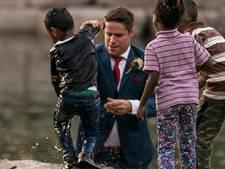 Heldhaftige bruidegom redt kind uit water