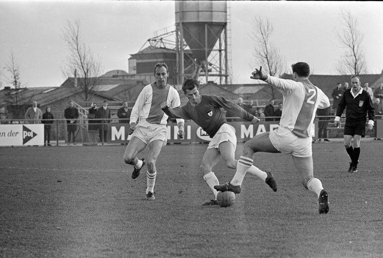De Volewijckers tegen NEC in 1967. NEC'er Tini van Reeken probeert Dirk de Ruiter (l) en Co Adriaanse (nummer 2) uit te spelen. Beeld ANP