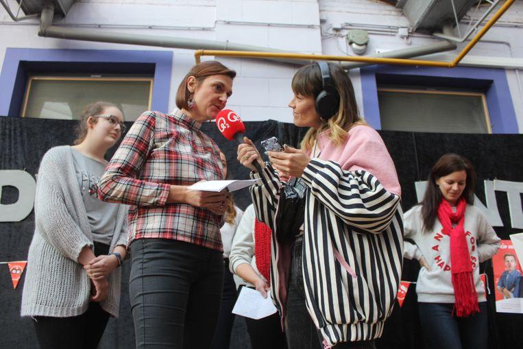 Presentatrice Jolien Roets interviewde de leerkrachten van DvM.