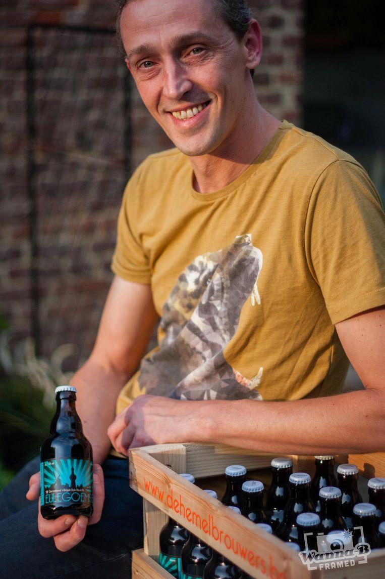 Jan Verbrugge bij één van zijn biertjes.