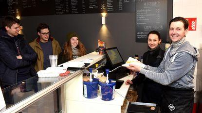 Nieuwe frituur opent deuren met gratis friet