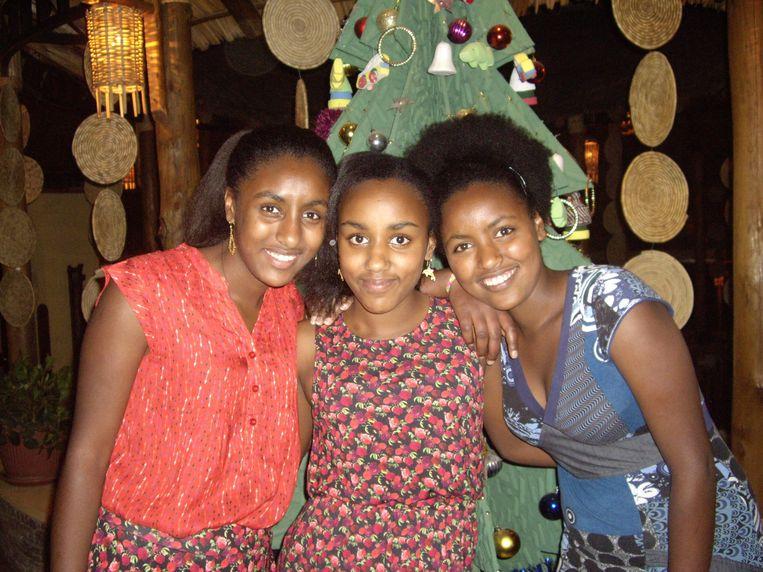 Wege en Chucha (links en midden) werden geadopteerd, hun oudste zus Emebet bleef achter in Ethiopië. Sinds ze haar eind 2014 terugvonden, bezoeken ze haar elk jaar.