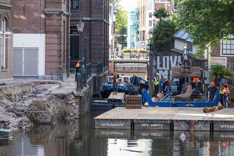 De herstelwerkzaamheden van de kademuur zijn woensdag begonnen. Beeld Maarten Brante