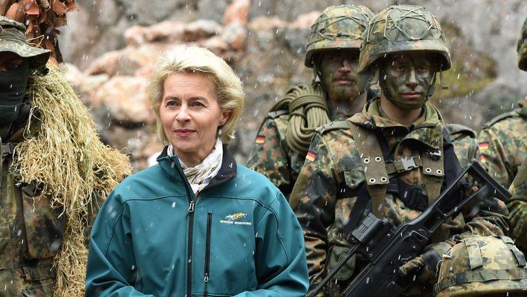 De Duitse minister van Defensie Ursula von der Leyen met enkele Duitse soldaten.