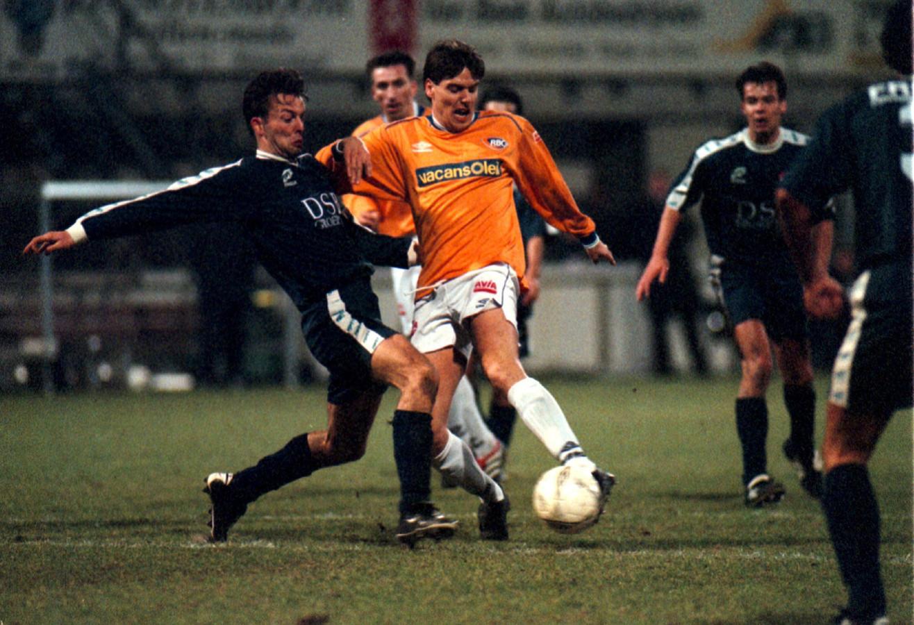 AZ kwam al eerder in actie in Roosendaal. Op deze archieffoto uit 2001 probeert RBC-speler Martijn van Galen de defensie van AZ te splijten.