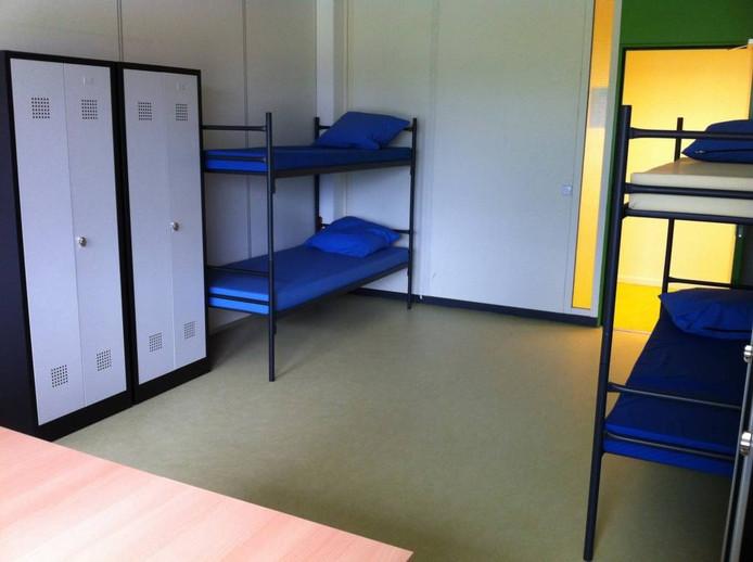 Een kamer voor vier personen in de noodopvang.
