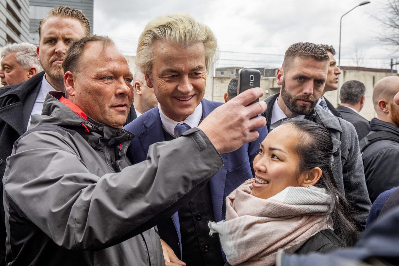 Geert Wilders gaat op de markt op de foto met een voorbijganger, 9 maart 2019. Kort daarvoor was Dickie J. aangehouden met bijl en messen.