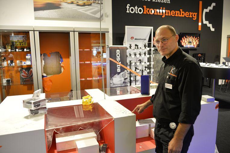 Marc Van Deun bij de ingeslagen kasten van de Leica-fototoestellen.