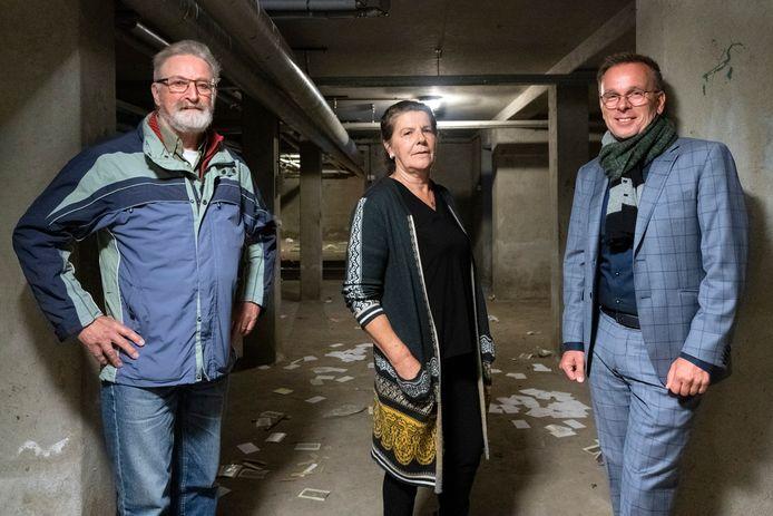 Cor  Valenkamp en Mieke van Nuland, beiden gids op landgoed Coudewater in Rosmalen, en gebiedsontwikkelaar Hans Hartman (rechts) in de schuilkelder onder paviljoen Veldzicht/Boskant dat gesloopt gaat worden.