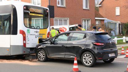 Jonge bestuurder zwaargewond na botsing met lijnbus