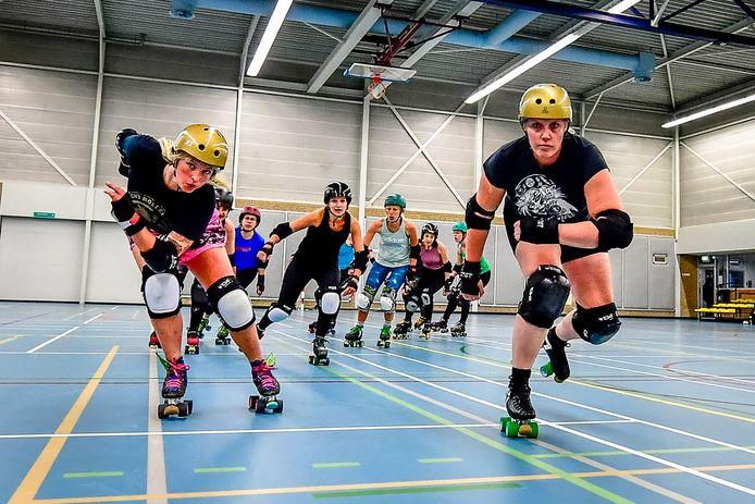 De Rotterdam Roller Derby-meiden in actie.