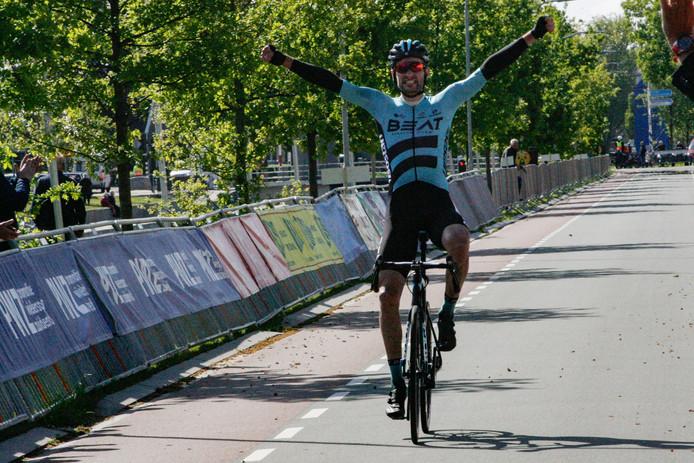 Luuc Bugter komt solo over de finish en viert zijn overwinning in de PWZ Zuidenveldtour.
