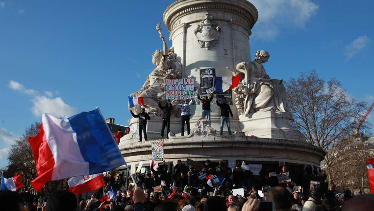 Mensen verzamelen zich bij het monument van Marianne op Place de la Republique om hun steun te betuigen aan de slachtoffers die afgelopen week zijn omgekomen bij de aanslagen in Parijs. Beeld anp