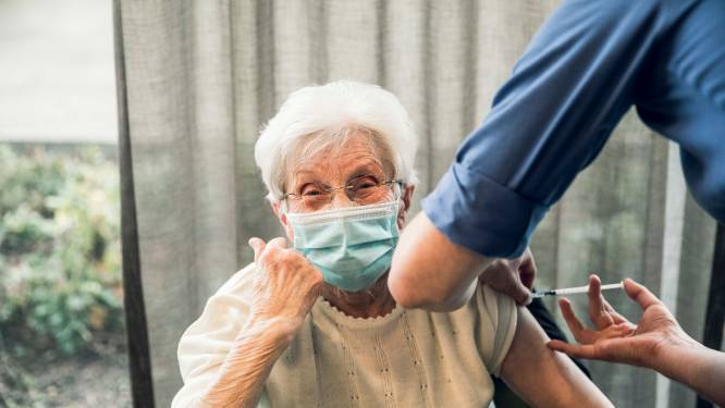 """""""Ze gaven me een spuitje vol hoop"""": eerste Limburgers krijgen coronavaccin in woonzorgcentrum Triamant"""