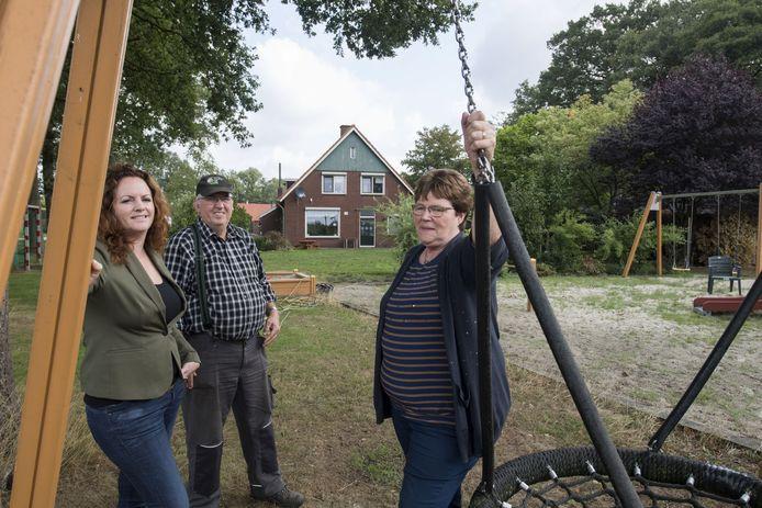 In 2018 droeg voormalig eigenaresse Gea ter Heide (rechts) met haar partner Rint van der Velde de Hendrikahoeve over aan van 's Heeren Loo.