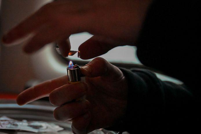 Een gebruiker bereidt cocaïe voor gebruik. Foto ter illustratie.